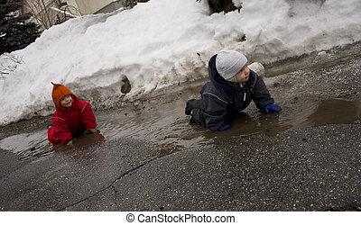 água, primavera, lamacento, dois, cedo, através, rastejar, crianças pequenas