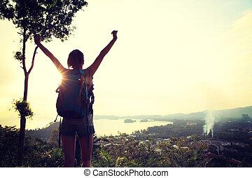 abertos, mulher, alegrando, hiker, montanha, braços, pico
