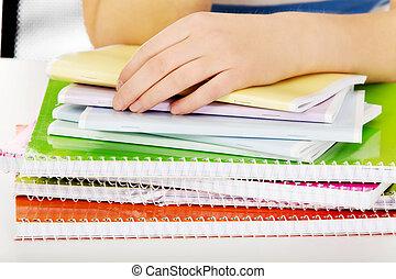 adolescente, mulher, dever casa, mão
