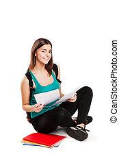 adolescente, sentando, mochila, chão, jovem, livro, leitura estudante