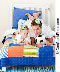 adorável, seu, bola futebol, pai, filho jogando
