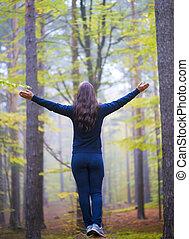 adorar, mulher, braços abertos, floresta