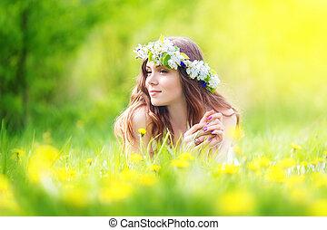 ao ar livre, alegre, dandelions, mentindo, imagem, relaxamento, menina, baixo, descansar, springtime, campo, mulher, feliz, bonito, férias, prado