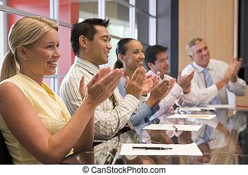 aplaudindo, businesspeople, cinco, sala reuniões, tabela, sorrindo