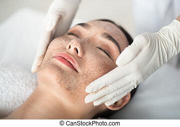 aplicando, desfolha, máscara, braços, rosto, femininas, cosmetologist