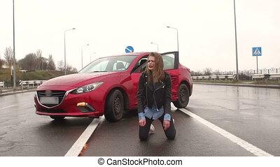 asfalto, sentando, menina adolescente, estrada, accident., molhados, destruído, car