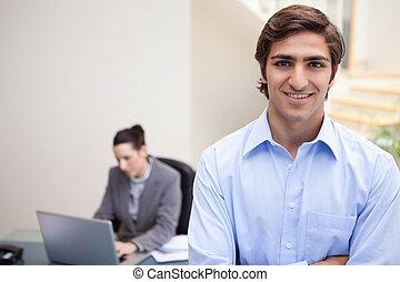 atrás de, dela, laptop, colega, sorrindo, homem negócios, ele