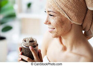 banheiro, aplicando, rosto mulher, jovem, esfregar
