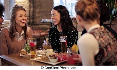 barzinhos, feliz, clinking, bebidas, amigos