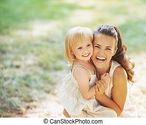 bebê, retrato, sorrindo, mãe, ao ar livre