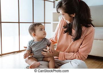 bebê, tocando, mãe, lar, dela
