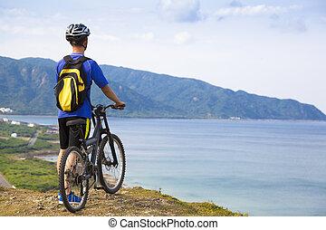 bicicleta montanha, homem jovem, ficar