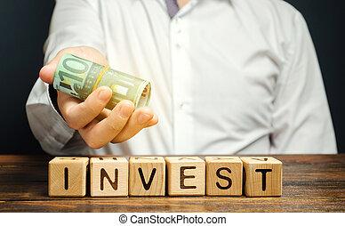 blocos, investimentos, businessman., madeira, dinheiro, mãos, project., investir, dinheiro, conceito, lucro, negócio, palavra, finance., economia, investir
