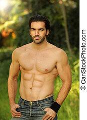bom, macho, modelo, retrato, ao ar livre, ajustar, shirtless, olhar