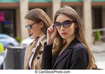 bonito, ??, óculos de sol, negócio, dois, mulheres jovens