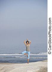 bonito, abertos, mulher relaxando, jovem, braços, praia