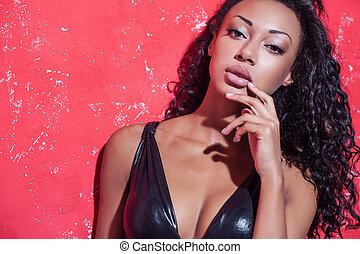 bonito, afro-american, moda, fazer, jovem, contra, cima, glamour, mulher, posar, model., fundo, penteado, vermelho