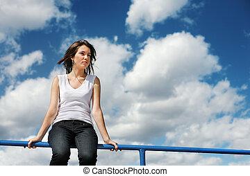 bonito, azul, assento mulher, sobre, sky., jovem, nublado, borda