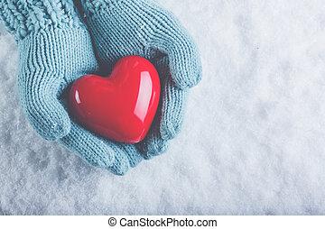 bonito, coração, mulher, teal, luz, st., neve, valentine, tricotado, experiência., conceito, lustroso, segurar passa, amor, mittens, vermelho