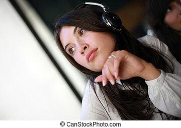 bonito, daydreaming, mulher, jovem, fones