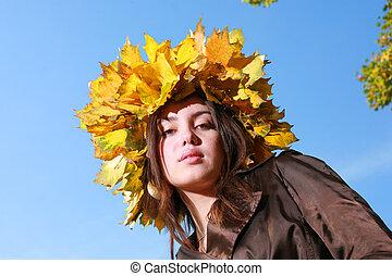 bonito, dourado, mulher, céu azul, coroa, jovem, folhas, outono, behind.