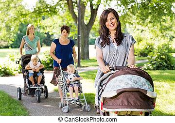 bonito, empurrar, parque, mãe, carrinho criança