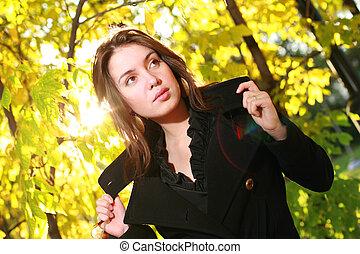 bonito, outono, mulher, jovem, amarela, forest., posar
