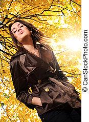 bonito, soprando, ramos, árvore, jovem, amarela, outono, parque, foliage, sob, kiss.