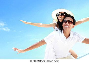 bonito, verão, estendido, par, braços, piggyback, sorrindo, praia, feliz