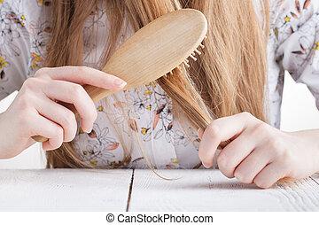 bonito, vivendo, mulher, sala, dela, jovem, cabelo, combing