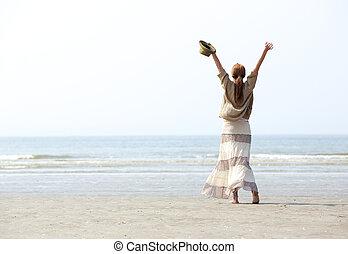 braços, mulher, levantado, praia