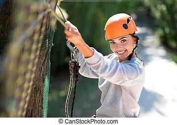 bravos, entusiástico, parque, corda, mulher, clambering