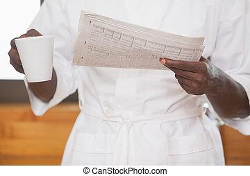 café, jornal, segurando, bathrobe, homem