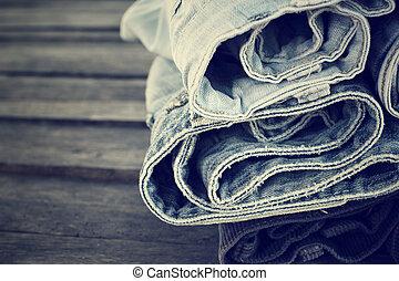 calças brim, pilha