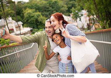 cidade, andar, família, selfie, alegre, enquanto, fazer