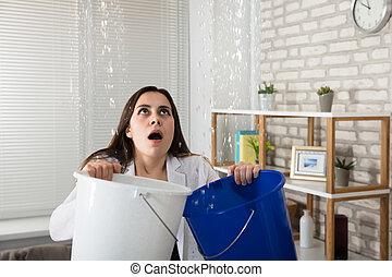 colecionar, escoando, mulher, balde, água