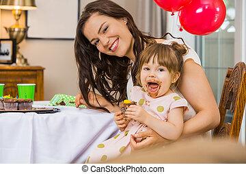comer mulher, bolo aniversário, filha, feliz
