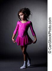 cor-de-rosa, pequeno, ginasta, vestido, posar, adorável