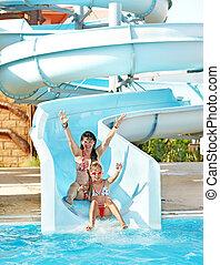 corrediça água, criança, mãe, aquapark.