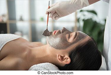 cosmetician, argila, aplicando, cara fêmea
