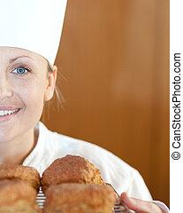 cozinheiro, scones, femininas, sorrindo, close-up, assando