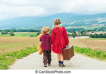 crianças, cute, pequeno, antigas, dela, estrada, grande, pelúcia, dois, andar, baixo, urso, segurando, mala, pequeno, menina, marrom, irmão