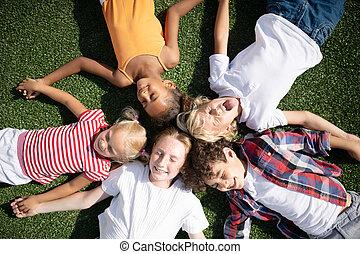 crianças, enquanto, capim, chilling, caras, engraçado, fazer