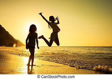 crianças, tempo, praia, tocando, amanhecer, feliz