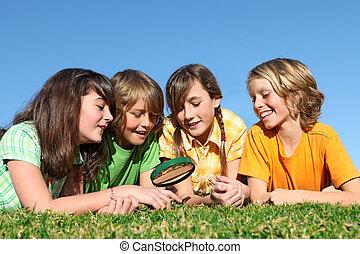 crianças verão, acampamento, lupa, tocando