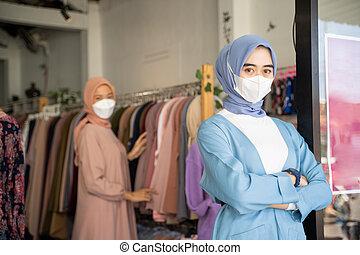 cruzado, enquanto, negócio mulher, dela, braços, vendado, ficar, máscara, desgastar