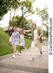 cute, andar, parque, enquanto, pular, pais, menina