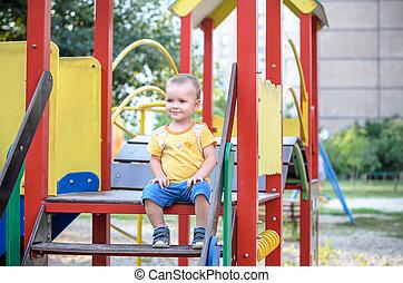 cute, escalando, criança, andar superior, pátio recreio
