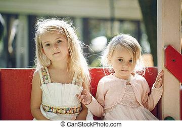 cute, pequeno, verão, meninas, dois, pátio recreio, ao ar livre, divertimento, tendo