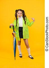 cute, rainwear, dia, victim., olhar, chuvoso, segurando, dedo, umbrella., criança, raincoat, apontar, ela, amarela, aluno, pequeno, moda, experiência.